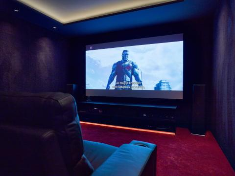 Sony 4K projector met Klipsch 5.1.2 speakeropstelling en Denon surround versterking